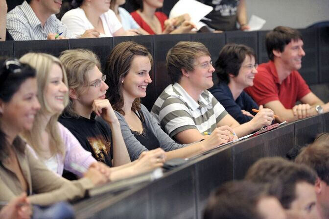Students listen to a lecture in a lecture hall
